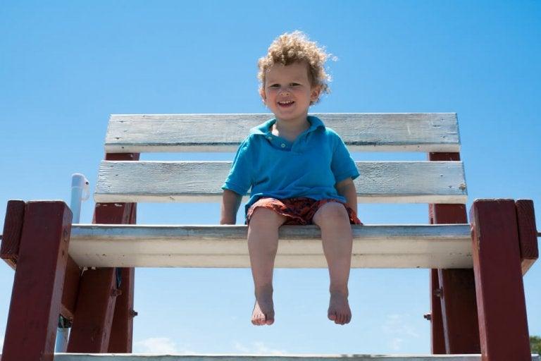 Deixar as crianças andar descalças em casa é benéfico para sua saúde.