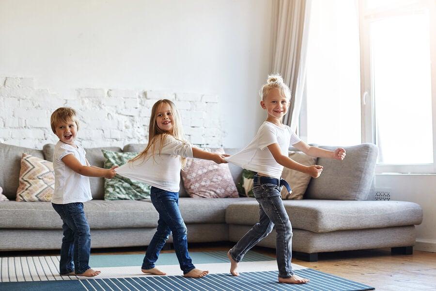 É bom deixar a criança andar descalça pela casa?