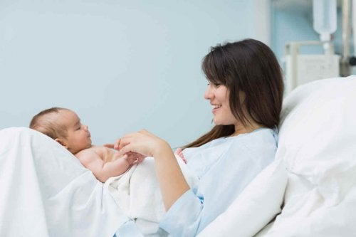 Amor à primeira vista após o parto, o encontro entre mãe e bebê