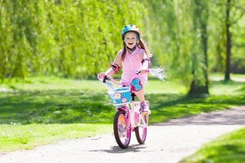 Por que é bom ensinar às crianças a andar de bicicleta?