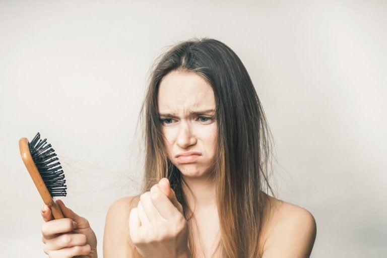 Não usar muito o secador pode ajudar na queda de cabelo após o parto
