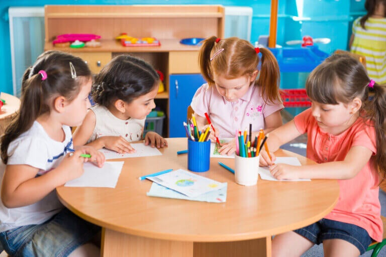 Benefícios de escolarizar as crianças antes dos três anos