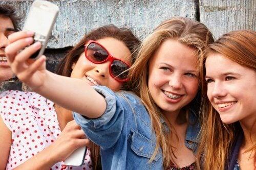 adolescentes fazem selfie