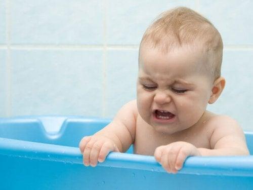 Bebê tomando banho