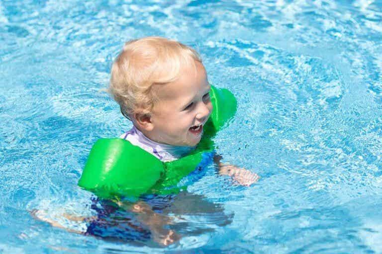11 coisas que você deve levar à piscina para o seu bebê