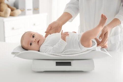 bebê pesando na balança
