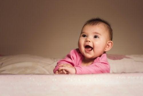 Bebê sorrindo na cama