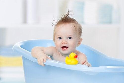 Para evitar acidentes com crianças em casa, nunca deixe seu filho sozinho na banheira.