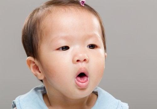 Se o bebê engasgar com leite, a primeira coisa é manter a calma e ajudá-lo a se recuperar.
