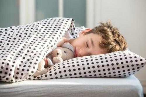 criança dormir no seu descanso