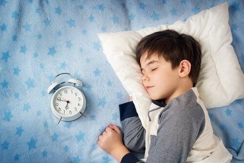 criança dormindo com o seu despertador