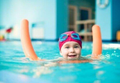 Ensinar as crianças a nadar é mais fácil se você tiver elementos de apoio para elas.