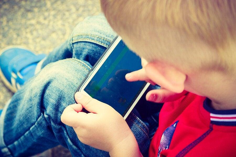 com que idade as crianças devem ter um celular