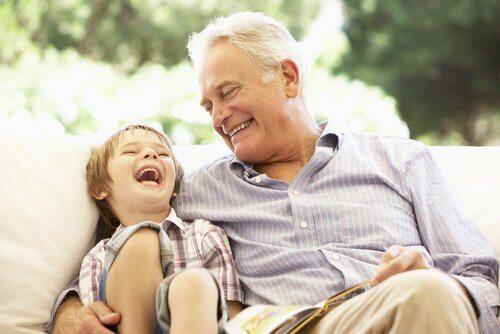 Ensinar o respeito aos idosos é a base de uma família feliz.