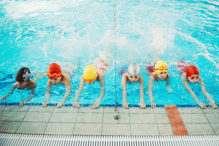 Por que é importante ensinar as crianças a nadar?