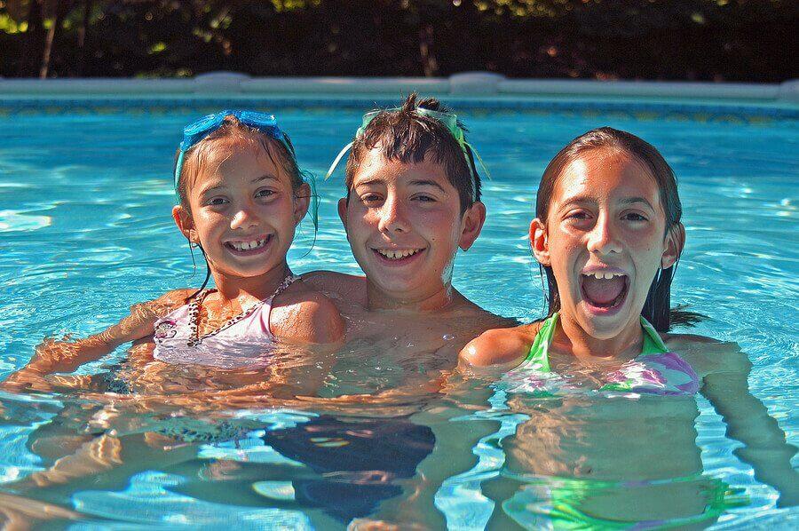 Regras de segurança para ir à piscina com crianças