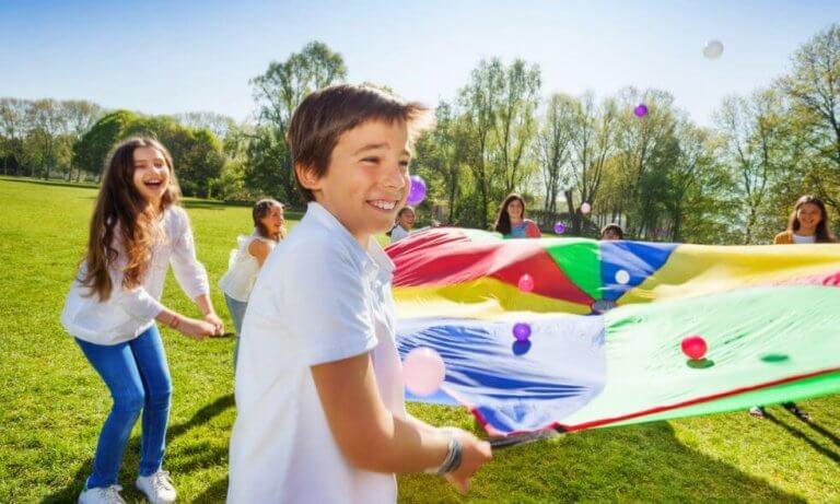 Brincar no parque é bom para as crianças devido aos múltiplos benefícios que isso traz