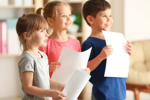 As atividades em grupo ajudam as crianças a resolverem conflitos.