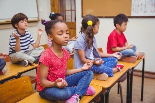 A meditação ajuda a controlar o estresse.