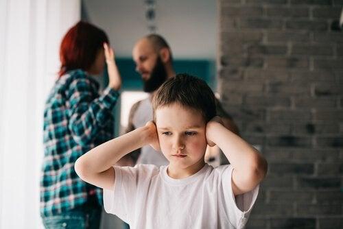 menina presencia discussão dos pais