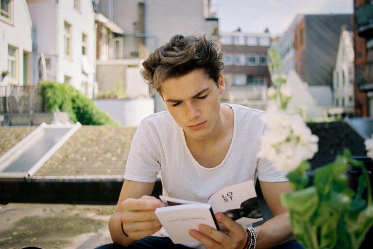 É possível organizar certas atividades para trabalhar a leitura com adolescentes em casa.