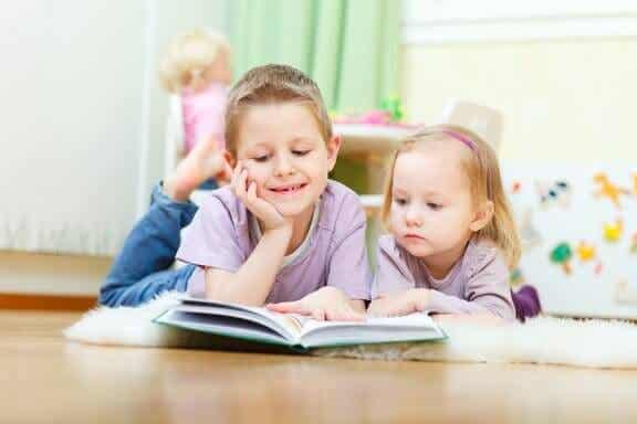 Como os irmãos influenciam o grau de socialização das crianças?
