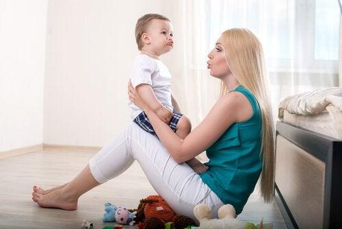 A mãe tem um papel fundamental ao estimular o bebê a começar a falar.