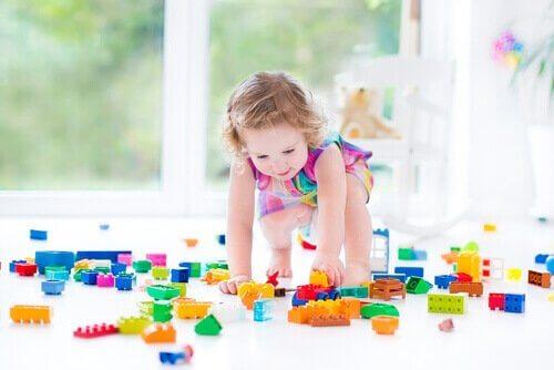 menina com legos