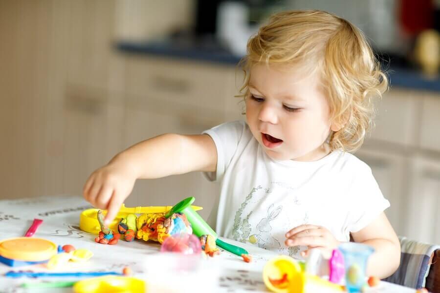 8 brinquedos para crianças de 2 anos desenvolverem habilidades