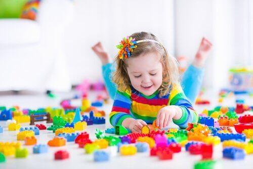 Existem diferentes opções e técnicas para as crianças aprenderem a brincar sozinhas.