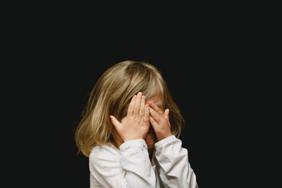 criança deprimida chorando