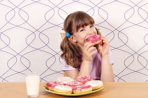 menina comendo rosquinha