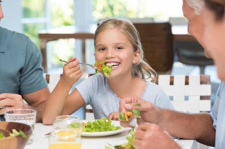 A importância de ensinar as crianças a se comportar à mesa