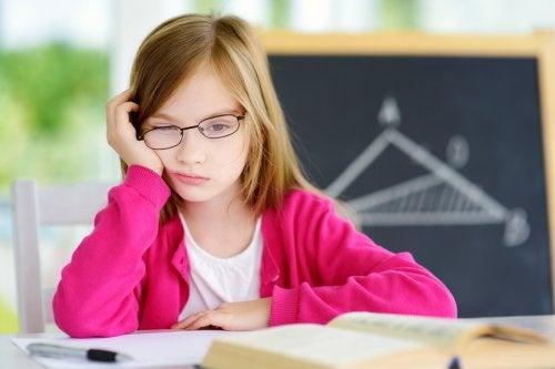 menina desmotivada na escola