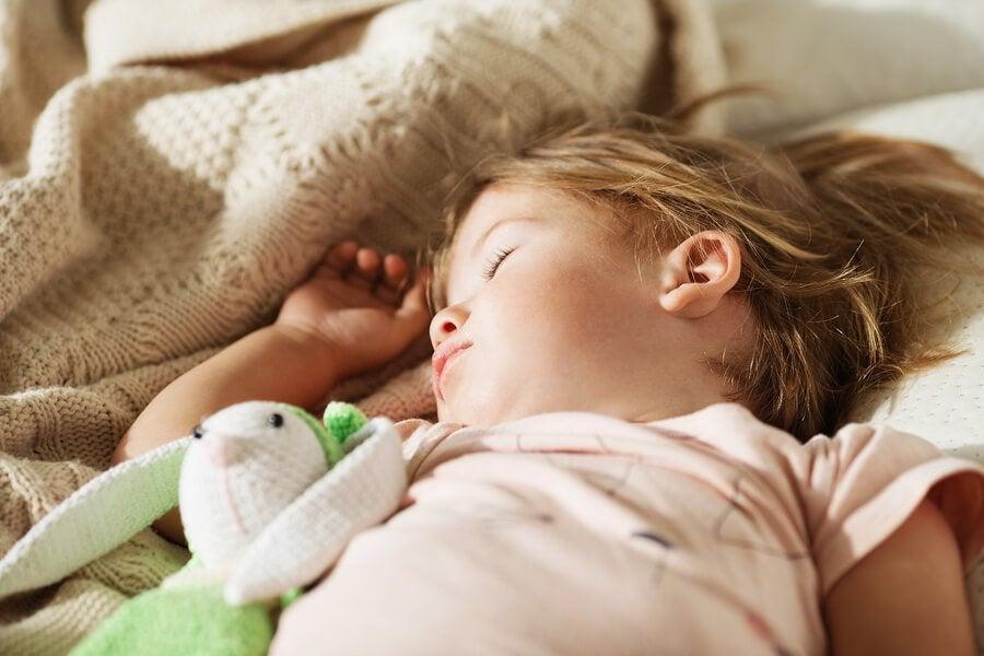 Fazer com que a criança durma na própria cama: algumas dicas!