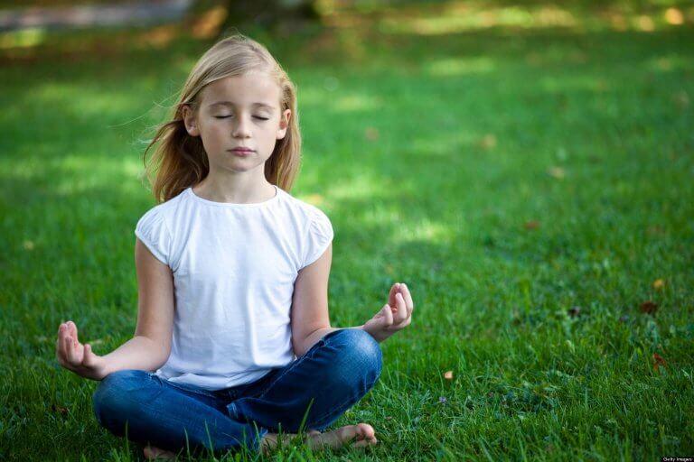 Os benefícios da meditação em sala de aula repercutem em várias áreas da vida.