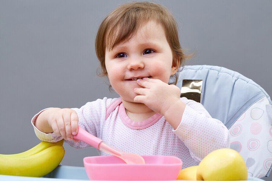 Ensinar a criança a comer sozinha: 5 dicas imperdíveis!