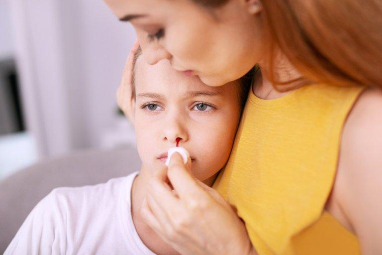 menina e o nariz com hemorragia nasal