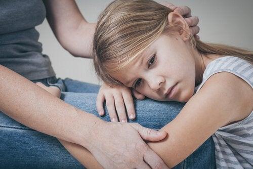 menina sente a ausência do pai