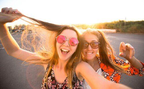 adolescentes fazendo selfie