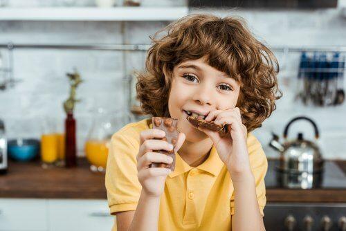 Menino comendo chocolate com amendoim