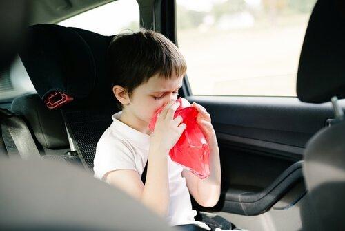 Os pais devem saber evitar tonturas de crianças em viagens para se movimentar sem problemas.