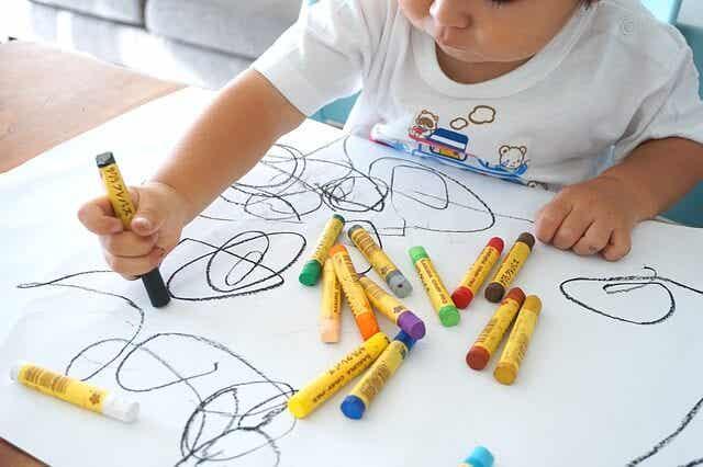 A importância de incentivar a arte em casa