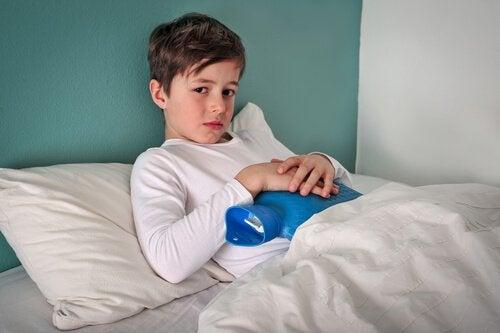 Quais são as causas da invaginação intestinal em crianças