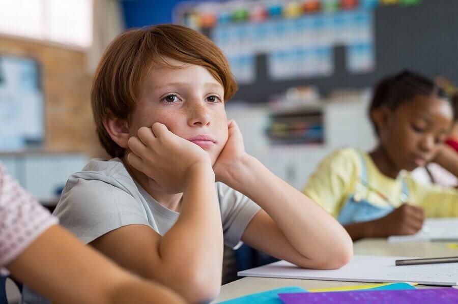 criança entediada na escola