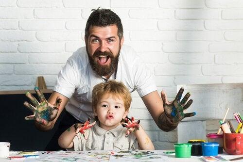 A arte para crianças permite que elas passem tempo de qualidade com os pais.