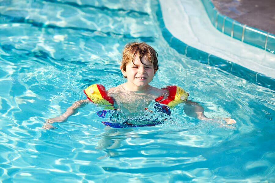 Aprender a nadar como uma base para outros esportes