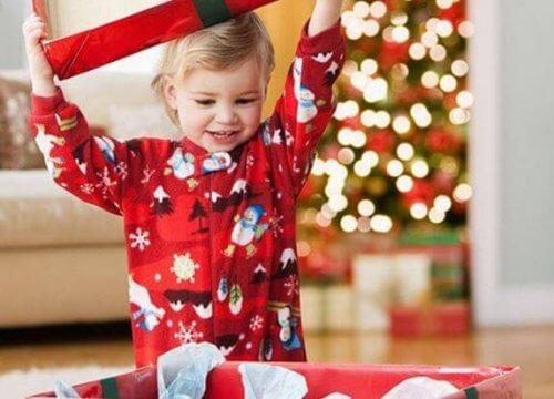 Menino abrindo o presente de Natal