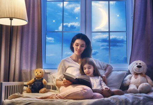 Mulher lendo uma história antes de dormir para uma menina