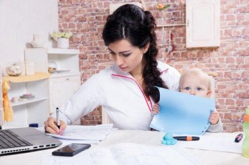 mãe estudando com o bebê
